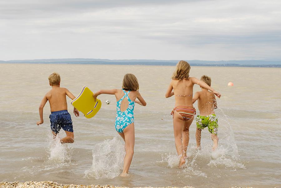 Kinder baden in den Neusiedler See