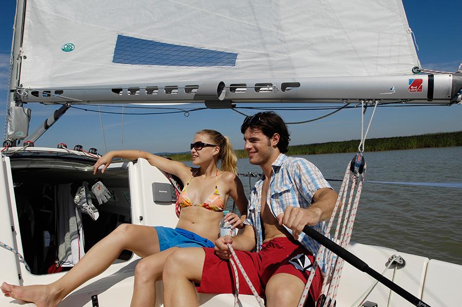 Paar auf einem Segelboot am Neusiedler See