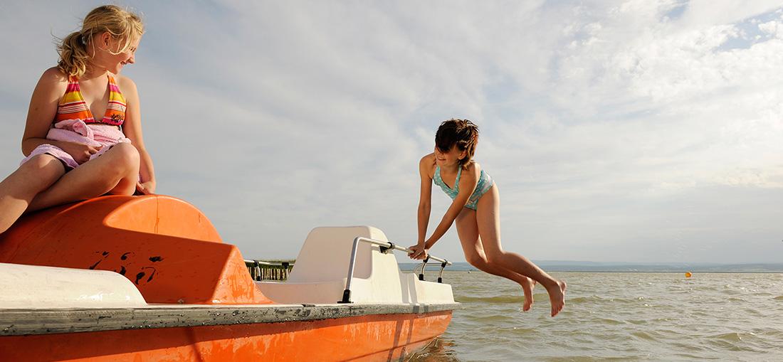 Kinder auf einem Tretboot am Neusiedler See