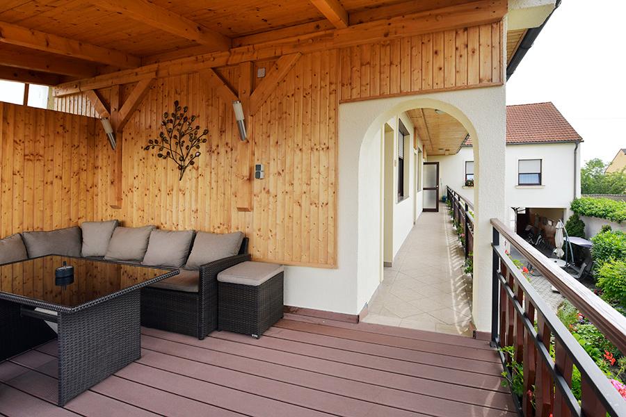 Terrasse mit Loungemöblen am BLumenhof Wegleitner